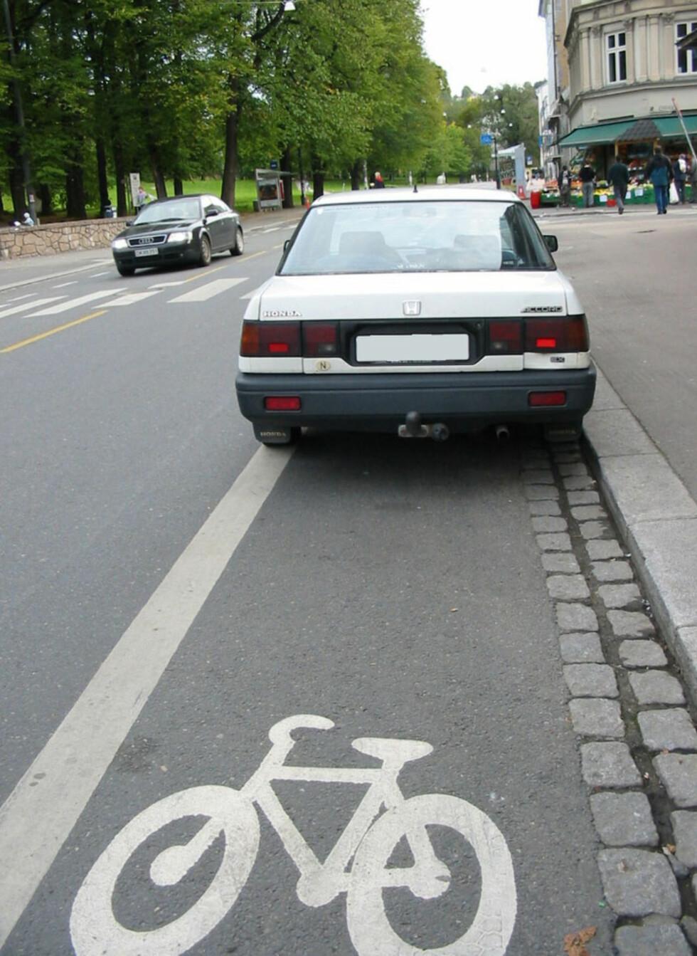 """""""BARE FOR SYKKEL: All stans i sykkelfelt er ulovlig,"""" skriver Trafikketaten om parkeringen. Foto: Trafikketaten"""