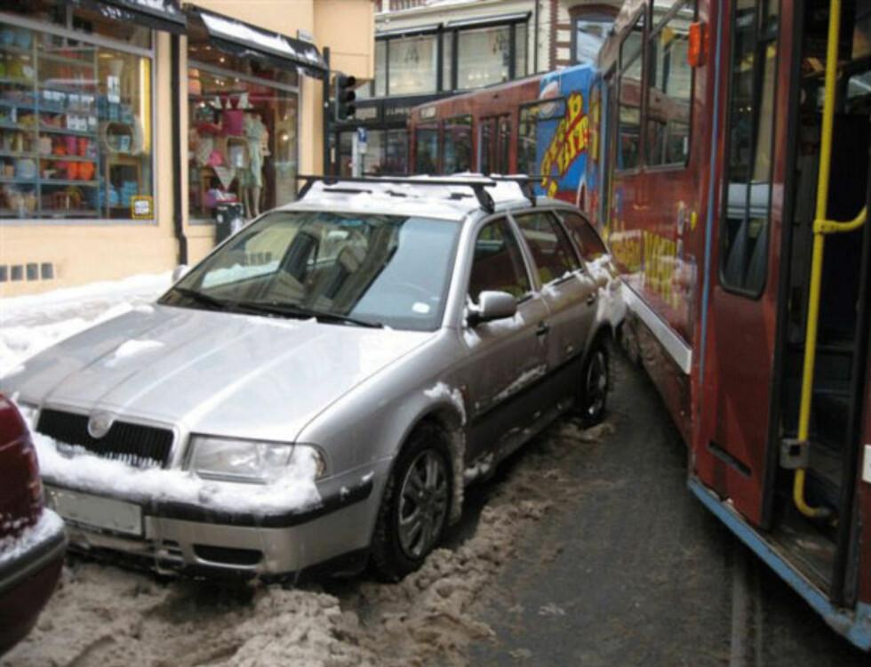 """""""Trikkestopp. Stans for nær trikkeskinner. Bilen må fjernes"""" skriver Trafikketaten. Foto: Trafikketaten"""