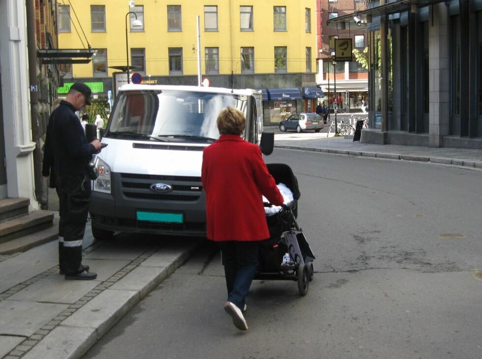 Bilen sperrer fortauet i Apotekergaten slik at fotgjengere, i dette tilfellet med barnevogn, er nødt til å gå ut i gaten på et svært uoversiktlig sted. Som du ser ble det reagert på den farlige parkeringen, forklarer Atle Rønning, fagkonsulent i Trafikketaten, i en epost til DinSide. Foto: Trafikketaten