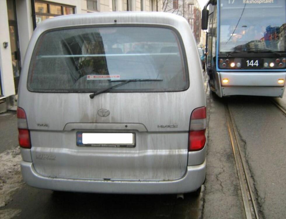 """Dette mener Trafikketaten om parkeringen: """"Blokkering. Dette går aldri bra. Bilen må fjernes og kollektivreisende forsinkes.  Foto: Trafikketaten"""