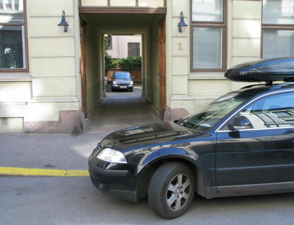 Vedkommende fikk bot fordi bilen blokkerer utkjørselen. Foto: Trafikketaten