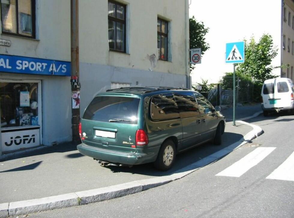 I dette tilfellet er fortauet som er tilpasset rullestolbruker blokkert Foto: Trafikketaten