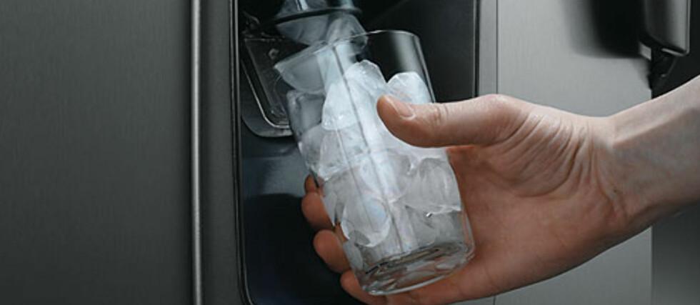 Problematisk: De store side-by-side-kjøleskapene som er koblet på vann har ført til økt antall vannskader i norske kjøkken. Foto: Produsenten
