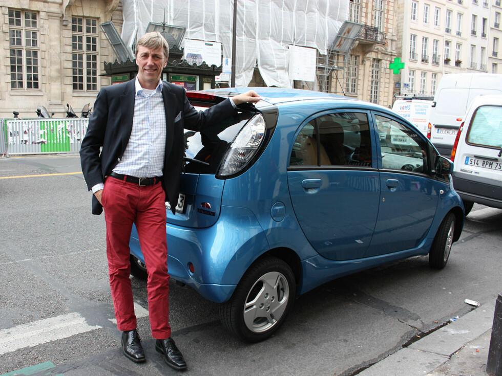 Administrerende direktør i Mitsubishi Norge er stolt over å kunne vise den endelige versjonen av i-MiEV for oss her i Paris. Foto: Knut Moberg