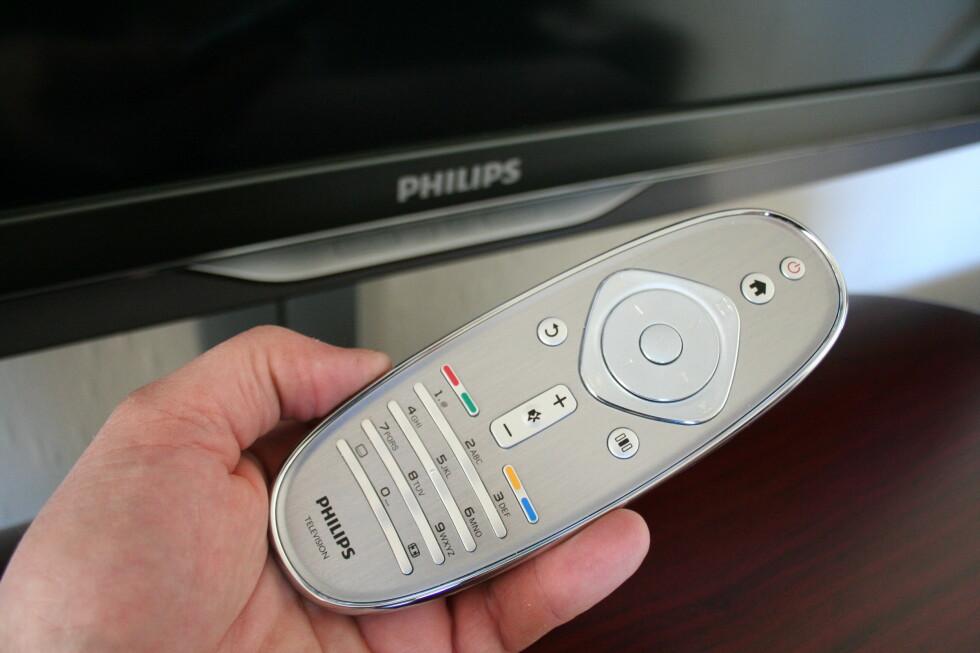 Den nye fjernkontrollen er liten, men kjennes eksklusiv ut. Få knapper er bra i det daglige, men du må bruke Home/meny-knappen hver gang du skal dypere ned i innstillingsmenyen. Vi synes også den burde hatt bakgrunnsbelysning. Foto: Øyvind Paulsen