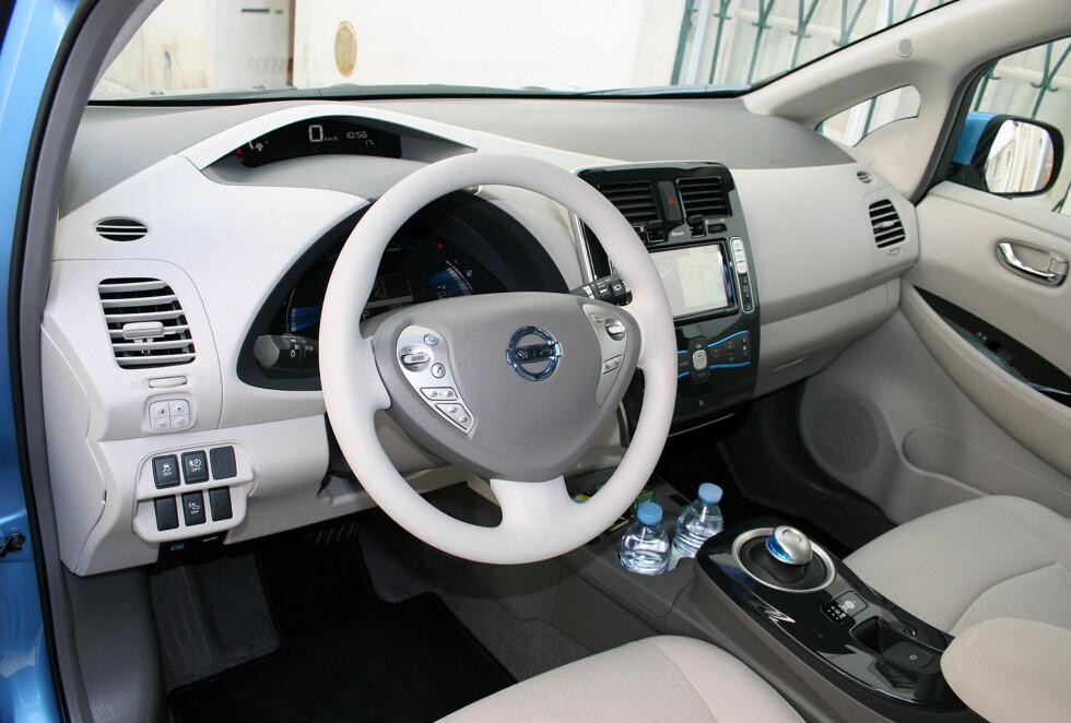 """FORSTERKET ELBIL-BONANZA: Interiøret i Nissan Leaf en av de mest mest solgte modellene i februar. Og den er ikke alene: En av åtte nyregistrerte biler var en elbil denne måneden. Bilsalget var også det """"reneste"""" noensinne målt i CO2-utslipp - men i Foto: Knut Moberg"""