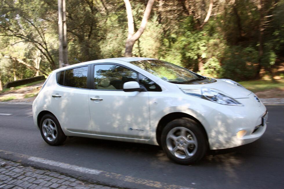 Nissan Leaf, den første fullverdige femseters elbilen på markedet, koster nå ikke mer enn 232.000 kroner - og det er med mye utstyr inkludert. Rekkevidden gjør selvsagt at dette for mange kun har funksjon som bil nummer 1 (altså den man bruker i hverdagen Foto: Knut Moberg