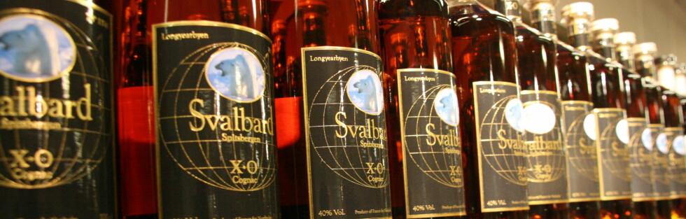 SVALBARD-SHOPPING: Alkohol er noe av det som er billigere i taxfribyen Longyearbyen. Denne konjakken er dessuten unik, produsert av Braastad for Nordpolet (Det lokale polutsalget). Foto: Kristin Sørdal