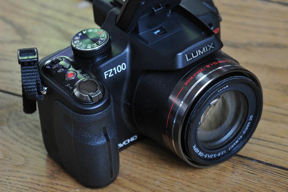 Panasonic FZ100 er selskapets toppmodell for kompaktkameraer og har 25mm vidvinkel, 24x optisk zoom og muligheten for å filme i full HD-oppløsning. Foto: Pål Joakim Olsen