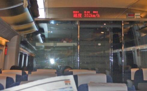 BRA FART Inne i passasjervognen til China Railways (CRH2) kan du se hvor fort toget går. Her gikk det i 352 kilometer i timen. Foto: Privat