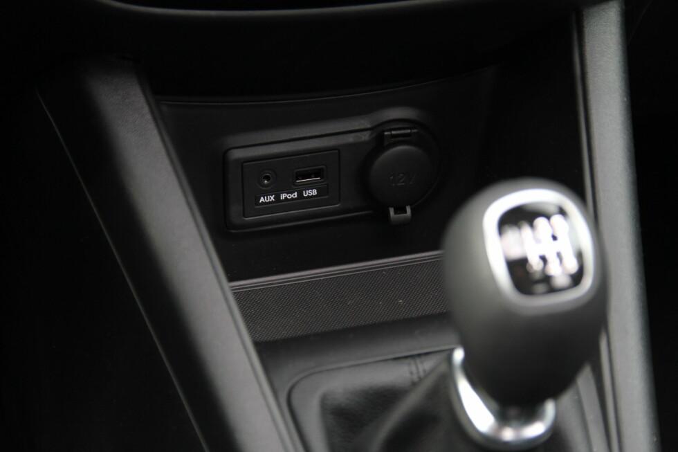 Inngang for iPOD eller annen MP3-spiller i midtkonsollen. En iPOD eller iPhone kan deretter styres fra stereoanlegget.  Foto: Fred Magne Skillebæk