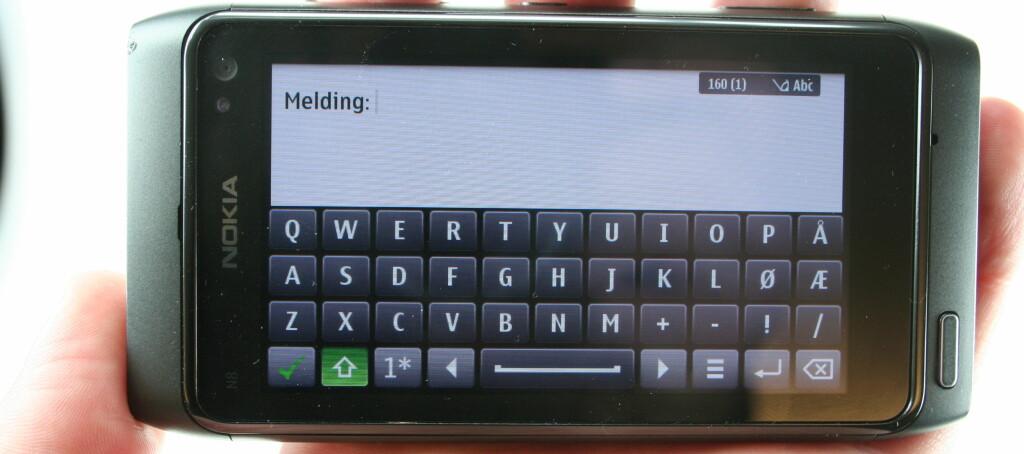 FULLTASTATUR: Men bare hvis N8 er i liggeposisjon. I portrettmodus har du kun et klassisk T9 tastatur.  Foto: Øivind Idsø