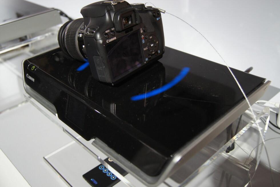 Canons Cross Media Station lar deg lade kameraet og vise bildene på TV helt uten å koble det med tråd. Metalltråden ut fra kameraet var bare for at ingen skulle rappe det. Foto: Pål Joakim Olsen