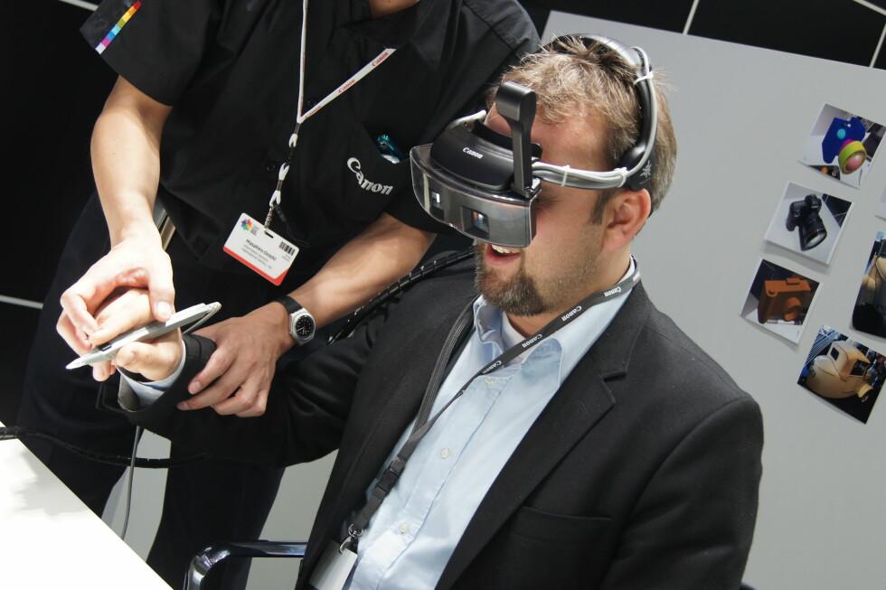 Mixed Reality er et konsept der du har på deg briller og får projisert grafikk på virkeligheten. Her prøver den norske journalisten å tegne i løse lufta. Foto: Pål Joakim Olsen