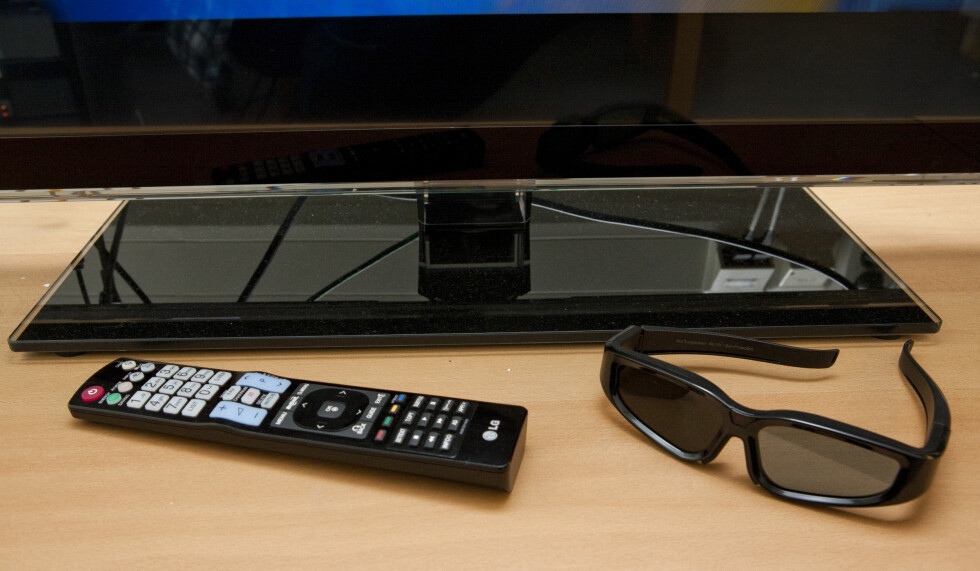 Hovedfjernkontroll og 3D-bilde. Merk dere at 3D-brillene kan lades opp via medfølgende USB-kabel, det er praktisk. Foto: Per Ervland