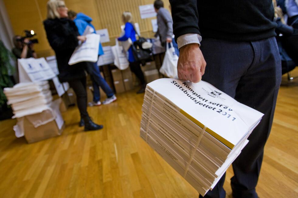 STORT OG TUNGT: Statsbudsjettet for neste år er på cirka 4.000 sider, veier 11,12 kilo og har et opplag på drøyt 60.000. Foto: Per Ervland