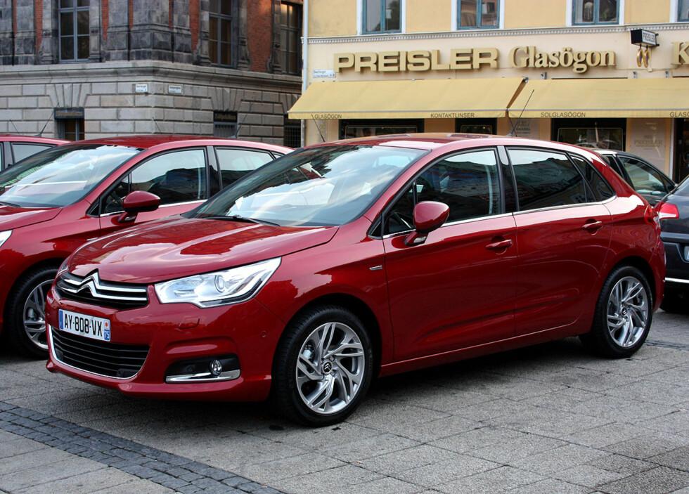 I rødt endrer bilen karakter, og det kler den godt, synes vi. Foto: Knut Moberg
