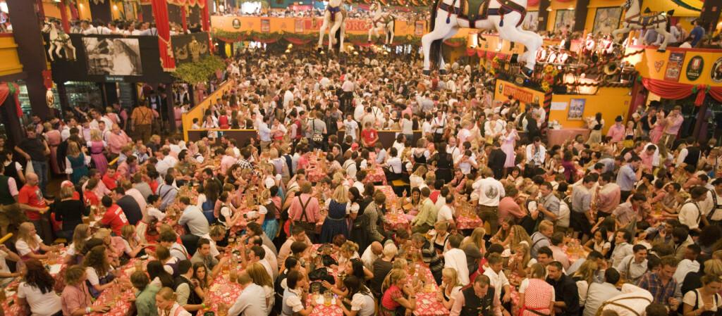 RØYKFRIE TELT: Arrangørene mener det kan lukte vondt i teltene uten røyk. Sigarettlukten skal nemlig være en av grunnene til at det ikke lukter urin, gammel mat og øl i lokalet. Foto: Colourbox.com