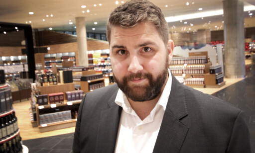 KAN IKKE SELGE MER ENN KVOTEN: Haakon Dagestad i Travel Retail Norge forteller at de ikke har lov til å selge mer enn kvoten på ankomst-taxfree. Foto: OLE PETTER BAUGERØD STOKKE