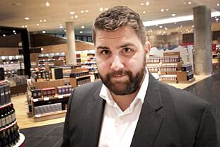 BEVILLINGEN BESTEMMER: Haakon Dagestad i Travel Retail Norge forteller at det er bevillingen som bestemmer hva de har lov til å selge på taxfreebutikken - og peanøtter er ikke innafor. FOTO: OLE PETTER BAUGERØD STOKKE