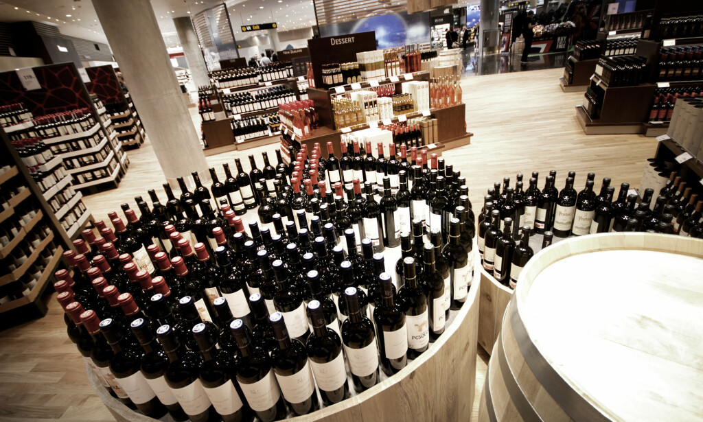 DU FÅR IKKE FORTOLLE VIN HERFRA: Vin fra butikken på reisemålet ditt er greit å fortolle inn, men ikke vin fra taxfreebutikken i Norge. Dette bildet er fra den nye taxfreebutikken i ankomsthallen på Oslo Lufthavn. Foto: OLE PETTER BAUGERØD STOKKE