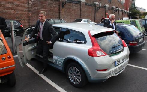 STRØM I VINDEN: I forrige uke observerte vi miljøvernminister Erik Solheim på vei ut av en elektrisk Volvo på elbilparkeringen ved Aker Brygge. Foto: Knut Moberg