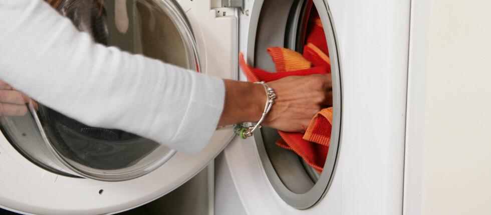 Noen vaskemidler gjør faktisk klærne rimelig rene på bare 30 grader celsius. Foto: Colourbox