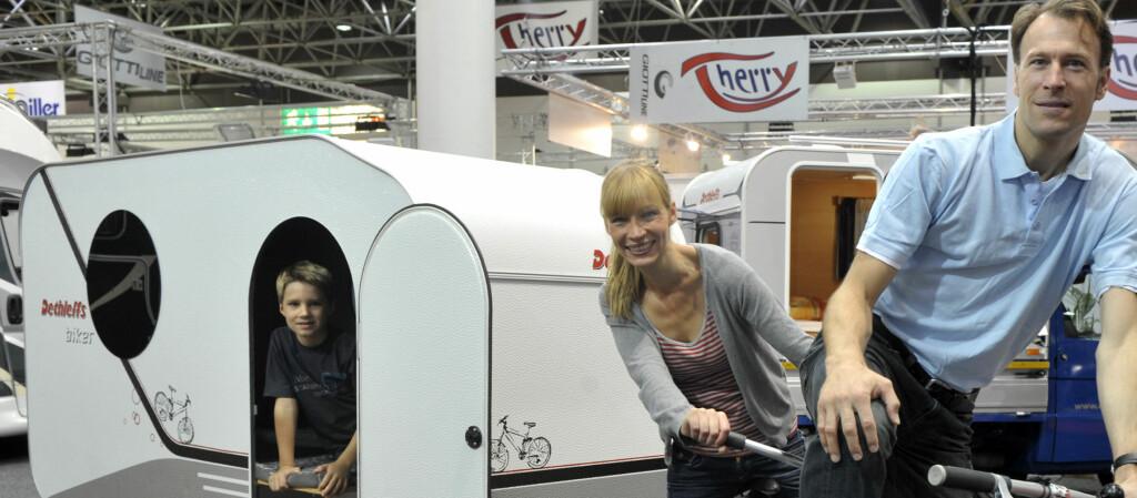 """<b>SYKKELFERIE:</b> Campingvognen """"Biker"""" fra Dethleffs har sofa, sengeplass til to og kjøkkenfasiliteter. Foto: Messe Duesseldorf"""