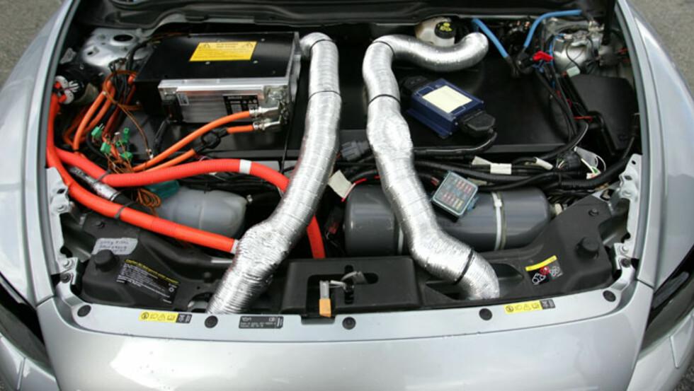 Det er ikke alltid så ryddig i motorrommet på forskningsbiler. Likevel har denne en fordel. Den virker.  Foto: FRED MAGNE SKILLEBÆK