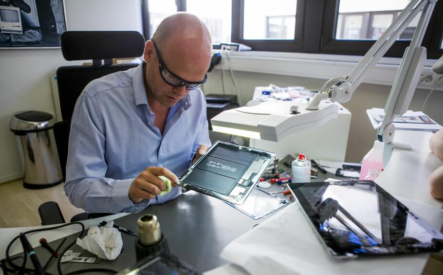 SER PROBLEMET: Eirik Kvisli, tidligere kjent som Dr. iPod og nå Dr. Phone, mener «touch disease» er reell. Men selv ser han problemet nesten utelukkende på iPhone-er som bærer preg av å være hardt brukt. (Foto: Per Ervland)