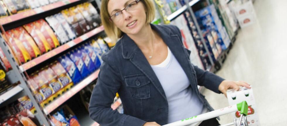 Nordmenn handler stort sett i lavprisbutikker, og nå utfordrer Forbrukerrådet kjedene til å stramme opp økoprofilen sin. Foto: Colorubox