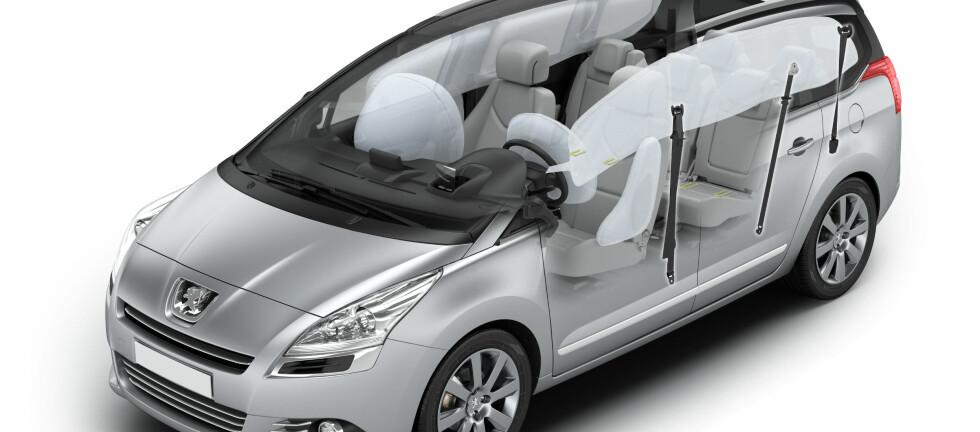 De aller fleste nye biler beskytter forsetepassasjerene med frontkollisjonsputer, sidekollisjonsputer, hodekollisjonsputer og pyrotekniske beltestrammere. Enkelte bilmodeller kan i tillegg skilte med knekollisjonsputer og setekollisjonsputer. Bakseteavdelingene derimot, er som regel preget av en langt mer beskjeden satsing på sikkerhetsutstyr. DinSide tror forklaringen er å finne i kollisjonstest-instituttenes prioriteringer. Foto: Peugeot