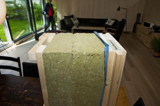 Lag på lag med tre innvendig, 35 cm halvhard spesiallagd isolasjon fra Rockwool, 60 mm lekter og utvendig panel. Vips, så har du et passivhus. Foto: Per Ervland