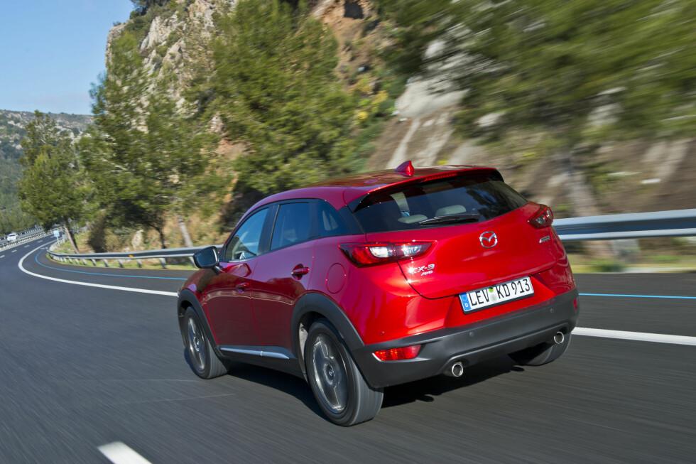 CROSSOVER: Mazda velger å kalle den crossover og ikke SUV. CX-3 er for eksempel 12 cm lavere enn Opel Mokka.  Foto: MAZDA