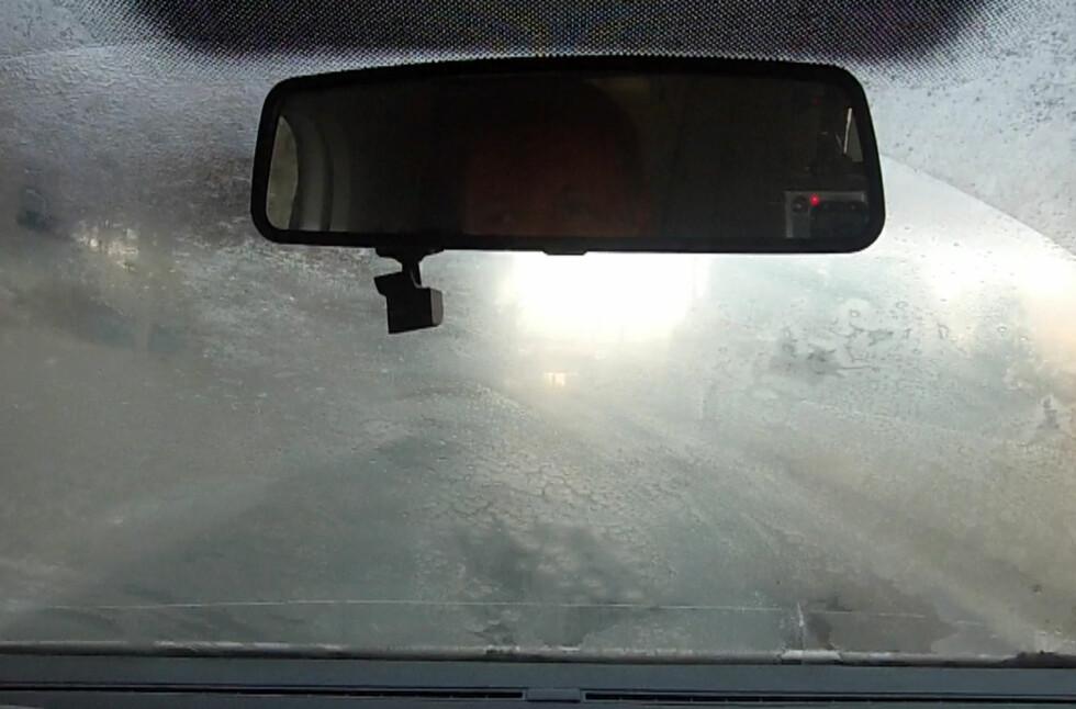 DETTE MÅ BORT: Dugg i bilen er ikke bare irriterende, det kan også være svært trafikkfarlig.  Foto: BJØRN-AAGE BREDAL