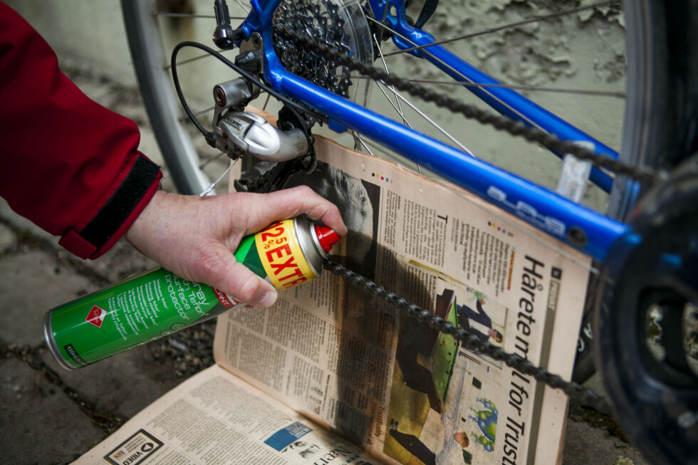 HUSK AVISEN NÅR DU SKAL GJØRE SYKKELEN VÅRKLAR: Og nei, su skal ikke LESE i avisen: Den skal beskytte omgivelsene mot griseri og søl. Foto: Per Ervland