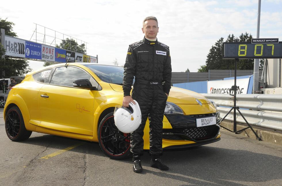 Denne mannen, Laurent Hurgon, beviste at det er Renault som lager de raskeste forhjulsdrevne bilene. Bak ham rekordbilen: En Renault Mégane R.S. Trophy. Foto: Renault