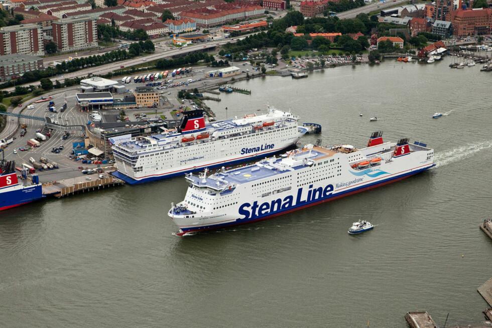 Stena Germanica er verdens største passasjerferge. Her passerer hun et mindre Stena Line-skip. Som vi ser er skipet forlenget bak. Dette skjedde i 2007, og hun ble da 55 meter lengre. Foto: Stena Line