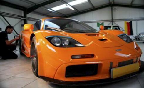 FIN FARGE? Her steller Gurchan Sahota intet mindre enn en McLaren F1 GTR. Det skal godt gjøres å bli mer eksklusiv. Foto: SWNS