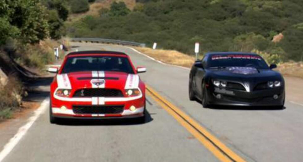 Her under kappkjøring med en Shelby-Mustang