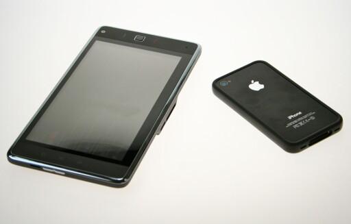 EN ANNEN KLASSE: Så stor er Huawei S7 i forhold til en iPhone 4. Foto: Øivind Idsø