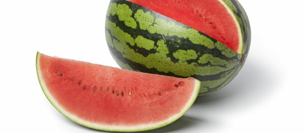 - Ved oppdeling i biter er det umulig å unngå at det kommer skitt med bakterier fra utsiden av skallet til fruktkjøttet, sier forskningsdirektør Einar Risvik om melonen. Foto: Panther Media