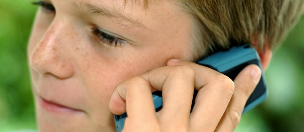 Mange norske barn har mobiltelefoner, men temaet kan være tabubelagt. Foto: Colurbox.com