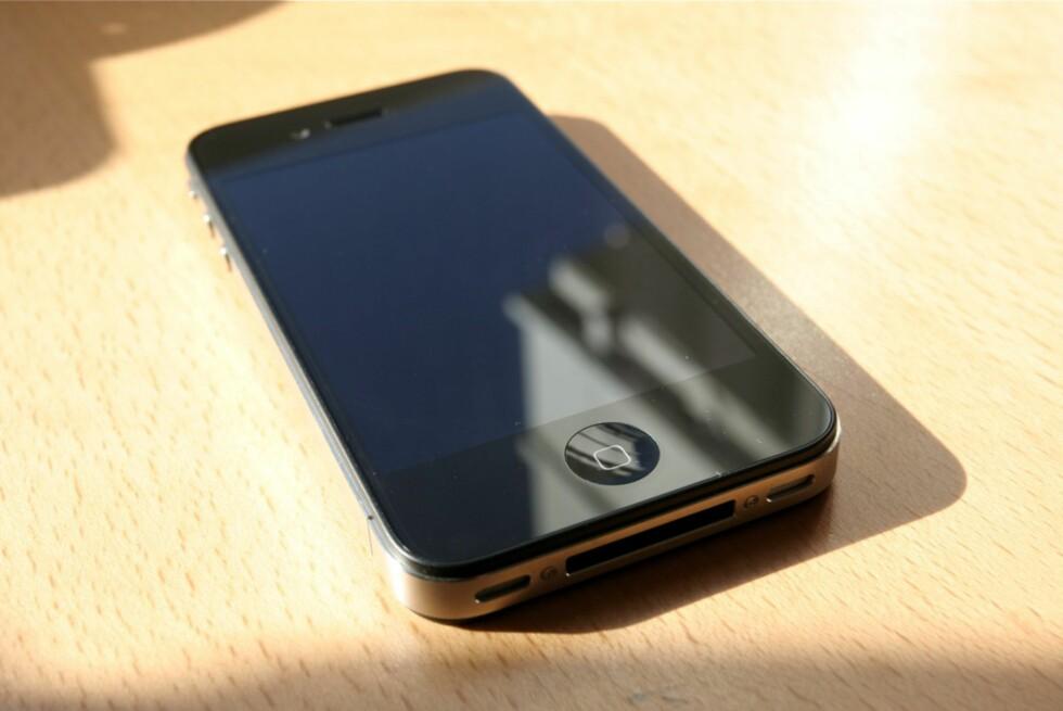 IKKE VERDILØS: Sitter du på en gammel iPhone 4? Da kan du heller levere den inn, og tjene noen kroner. Foto: ØIVIND IDSØ