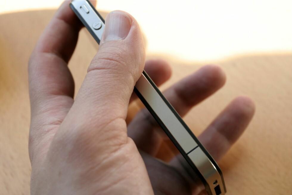 """PR-SPREKK: Den lille, sorte """"sprekken"""" nederst på iPhone 4 er åstedet for Apples mye omtalte antenneproblem.  Foto: Øivind Idsø"""