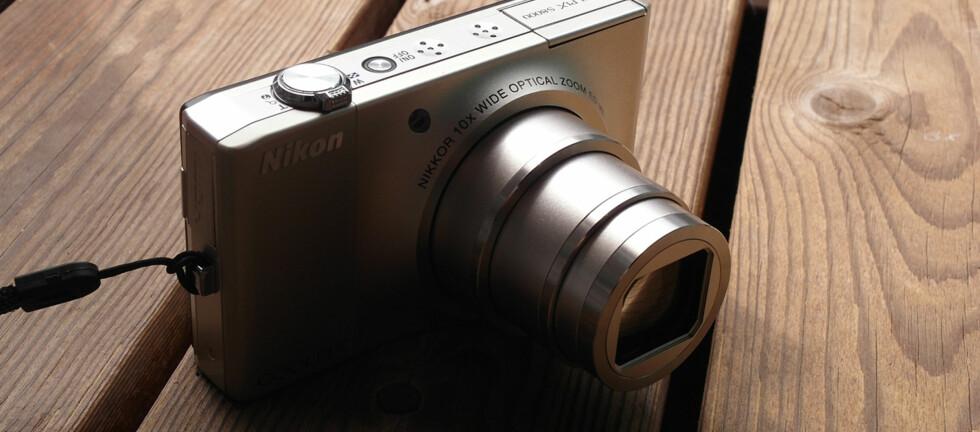 LANG ZOOM: På tross av størrelsen har Nikon S8000 10x optisk zoom, men vi har mye å sette fingeren på. Foto: Pål Joakim Olsen