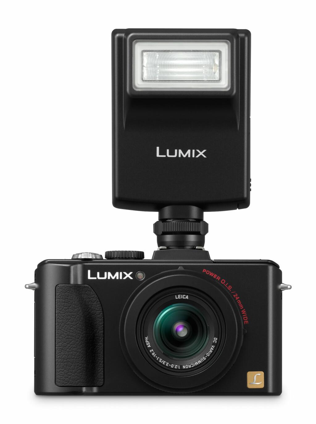 LX5 støtter tilkobling av ekstrautstyr, som blits, UV-filter, optisk/elektronisk søker og vidvinkel-/telekonvertere. Foto: Panasonic