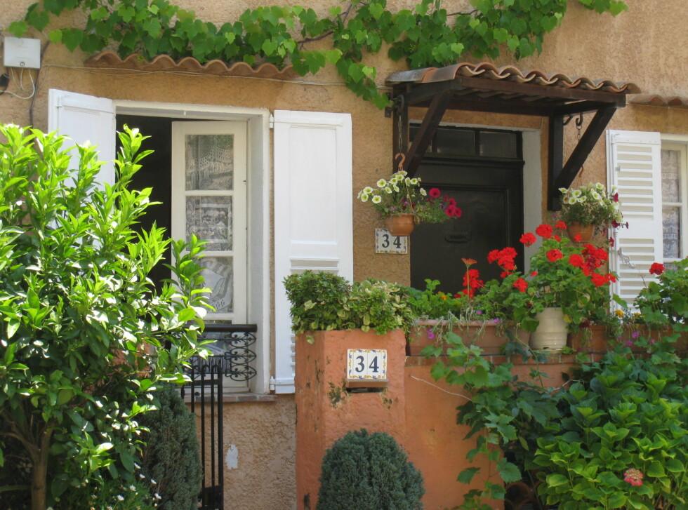 Estetikk er viktig for Provences landsbyboere. De liker å ha det vakkert, og å pynte opp med blomster og planter. Foto: Stine Okkelmo