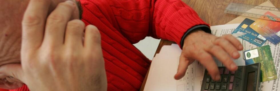 ØKONOMISK STRUTS: Noen ser ut til å tro at tallene på regningen representerer tøysepenger. Foto: Colourbox.com