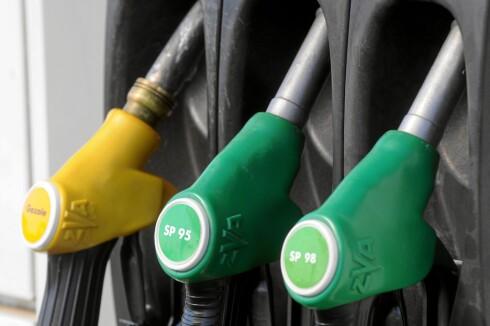 Lille bensinstasjon på veien der, hvem er dyrest av landene her? Foto: COLOURBOX